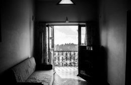 la fenêtre donne sur une vue en noir et blanc