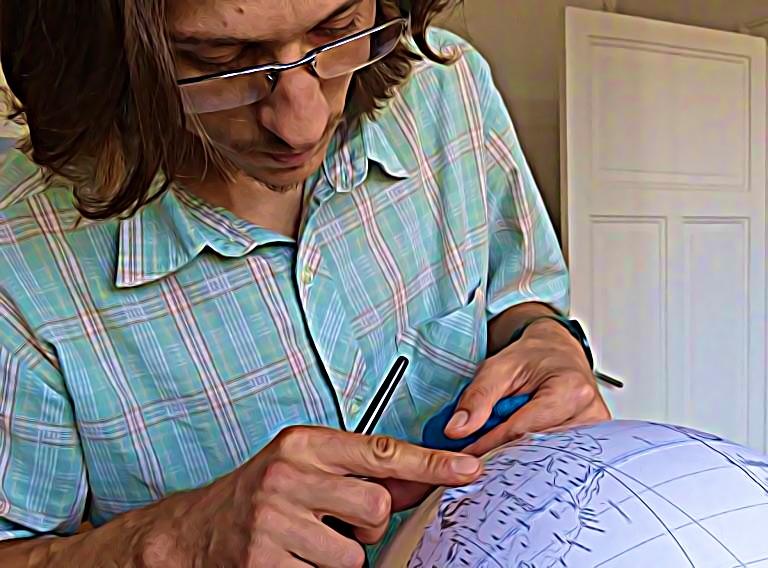Dans la capitale de l'horlogerie, à Besançon, Alain Sauter fabrique d'autres objets ronds, ou plutôt sphériques: des globes terrestres, qu'il confectionne de A à Z.