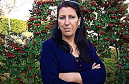 Audrey Degal, professeure de lycée à Lyon, rêve de convaincre une maison d'édition et voir son nom en haut de l'affiche. Portrait d'une auteure multirécidiviste.