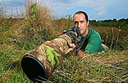 """Ancien chasseur, Grégoire Trunet a troqué son fusil pour un appareil photo. Plutôt que tuer, il préfère immortaliser l'animal. Cela en fait un """"chasseur-photo"""": photographe il n'en reste pas moins chasseur. L'homme nous raconte sa passion, avec humour et poésie."""
